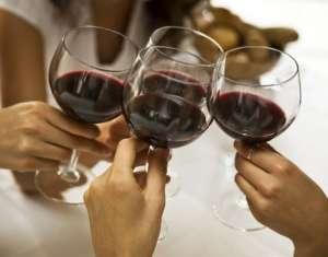 怎样才能正确品饮一杯葡萄酒呢