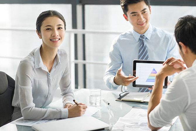 嘴笨的人在酒桌上聊天,学会这10个说话技巧,让领导对你交口称赞